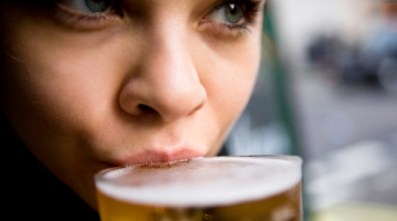 woman-drinking-beer rs